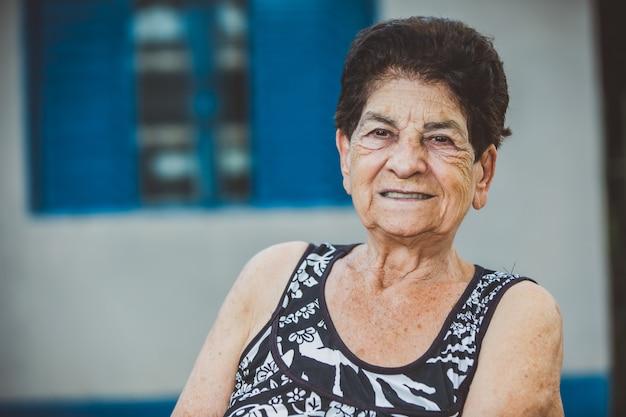 Portret Uśmiechnięta Piękna Starsza Kobieta Premium Zdjęcia