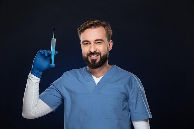 Portret Uśmiechnięta Samiec Lekarka Ubierał W Mundurze Darmowe Zdjęcia