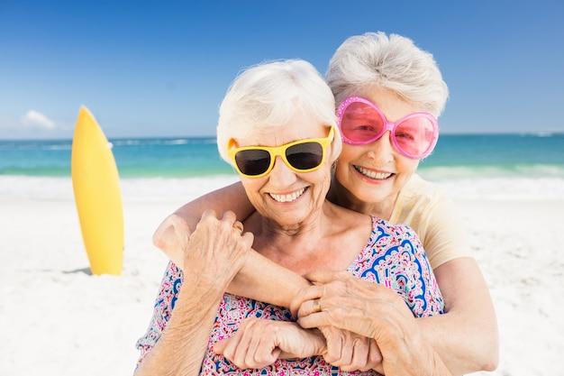 Portret Uśmiechnięta Starsza Kobieta Premium Zdjęcia