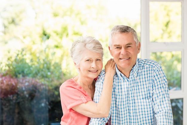 Portret uśmiechnięta starsza para w domu Premium Zdjęcia