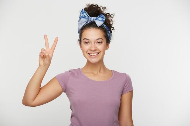 Portret Uśmiechnięta Szczęśliwa Kobieta Pokazując Znak Zwycięstwa Darmowe Zdjęcia