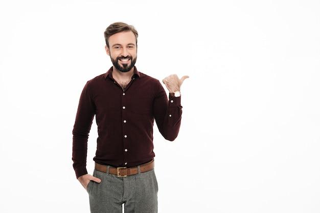 Portret Uśmiechnięta Szczęśliwa Mężczyzna Pozycja Darmowe Zdjęcia