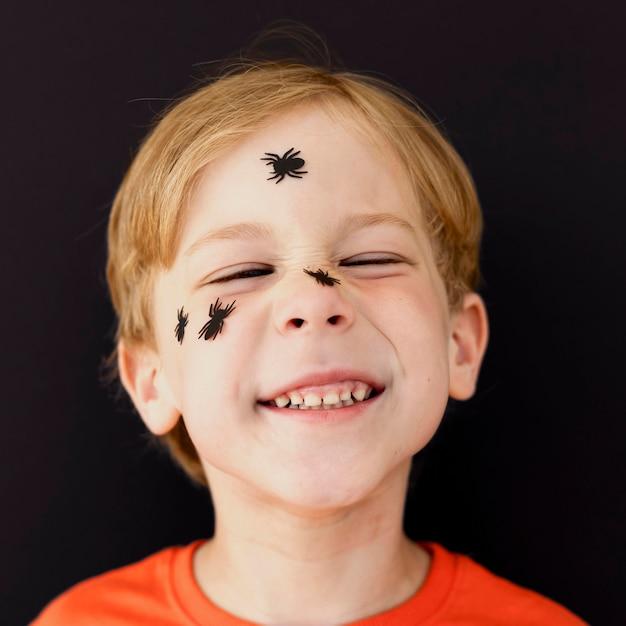 Portret Uśmiechniętego Dzieciaka Z Twarzą Pomalowaną Na Halloween Darmowe Zdjęcia