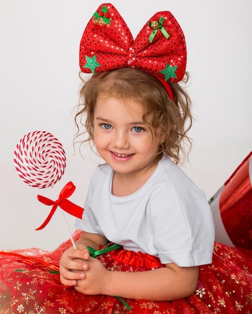 Portret Uśmiechniętej Dziewczynki Na Boże Narodzenie Premium Zdjęcia