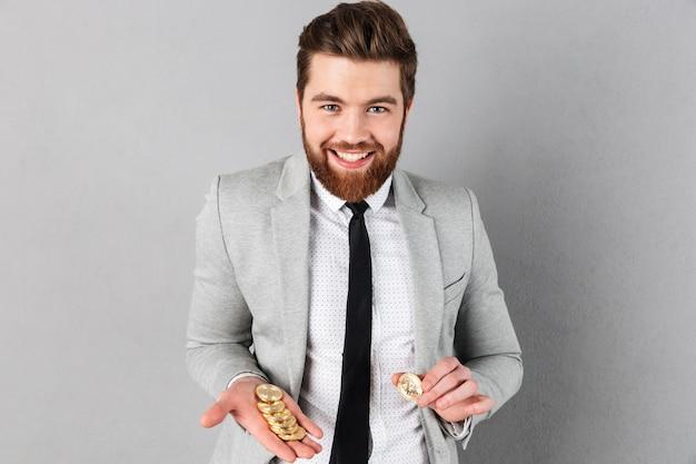 Portret Uśmiechnięty Biznesmen Pokazuje Złotych Bitcoins Darmowe Zdjęcia