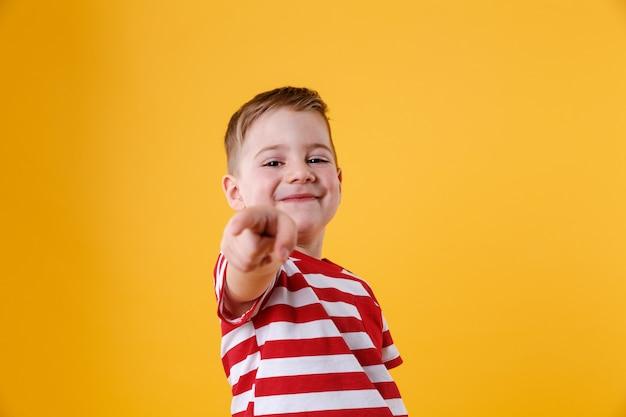 Portret Uśmiechnięty Chłopiec Wskazuje Palec Darmowe Zdjęcia