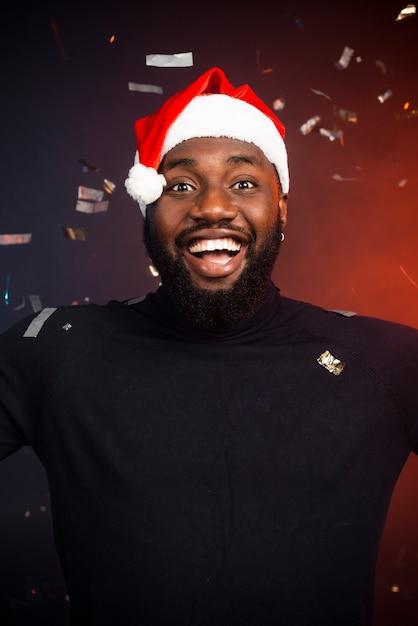 Portret uśmiechnięty mężczyzna przy nowego roku przyjęciem Darmowe Zdjęcia