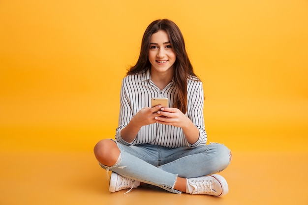 Portret Uśmiechnięty Młodej Dziewczyny Mienia Telefon Komórkowy Darmowe Zdjęcia