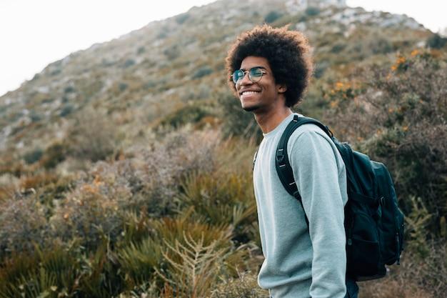 Portret Uśmiechnięty Młody Afrykański Mężczyzna Z Jego Plecakiem Darmowe Zdjęcia