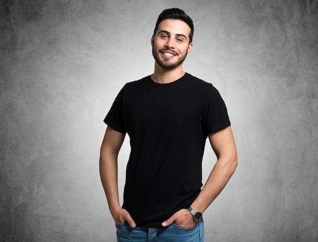 Portret Uśmiechnięty Młody Człowiek Premium Zdjęcia