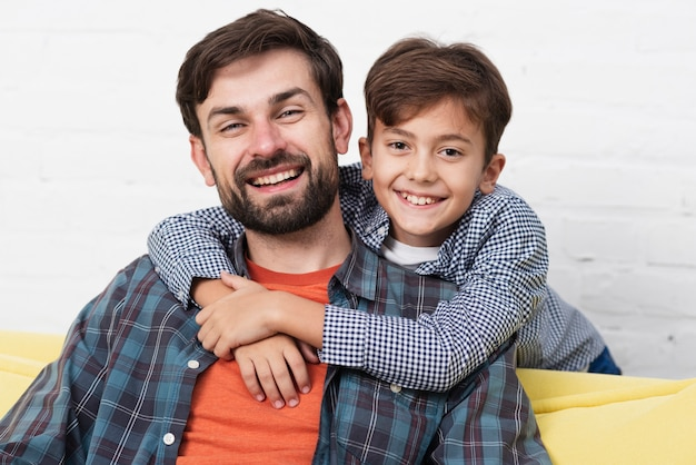 Portret Uśmiechnięty Ojciec I Syn Darmowe Zdjęcia