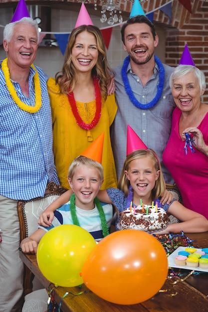 Portret uśmiechnięty wielopokoleniowy rodzinny świętuje urodziny Premium Zdjęcia
