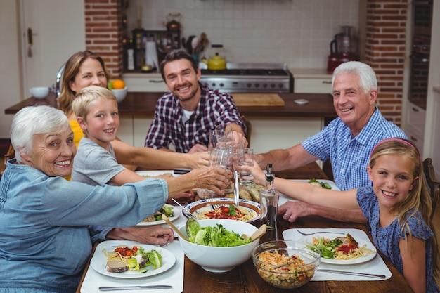 Portret uśmiechnięty wielopokoleniowy rodzinny wznosi toast napój Premium Zdjęcia