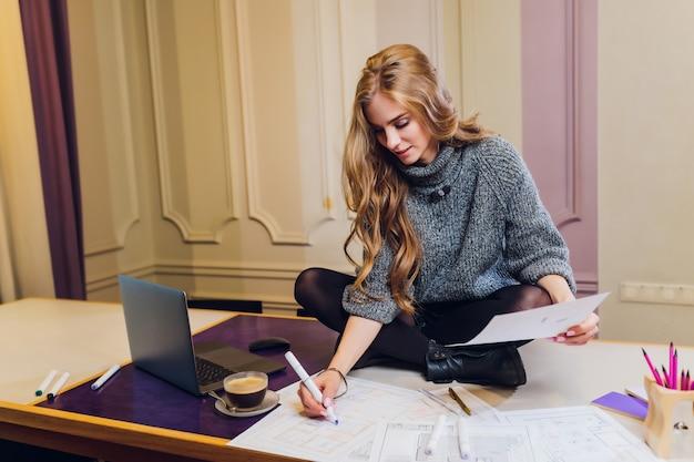 Portret Uśmiechnięty żeński Projektanta Wnętrz Obsiadanie Przy Biurowym Biurkiem. Premium Zdjęcia