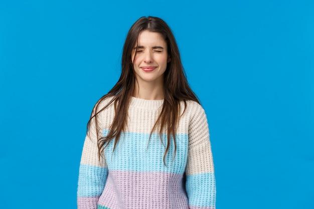 Portret W Talii Szlochający Zdenerwowany, Nieśmiała I Urocza Brunetka Kobieta Płacze I Narzeka Premium Zdjęcia