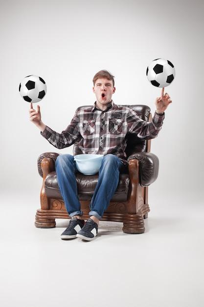 Portret Wentylatora Z Piłkami, Trzymając Naczynie Na Szaro Darmowe Zdjęcia
