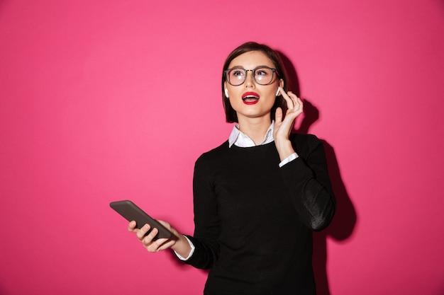 Portret Wesoły Atrakcyjny Bizneswoman Darmowe Zdjęcia