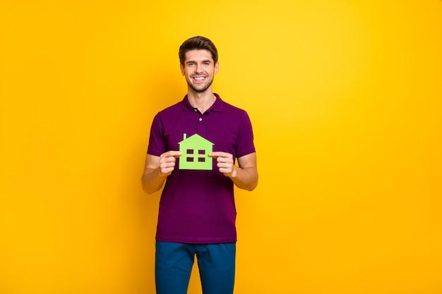 Portret Wesoły Facet Trzyma W Rękach Zielony Papier Postać Dom Na Białym Tle Premium Zdjęcia