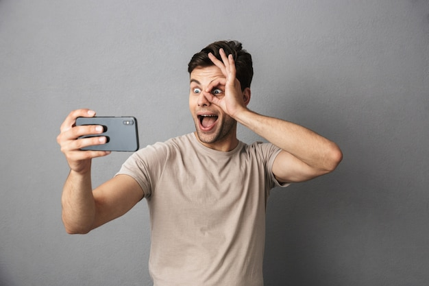 Portret Wesoły Młody Człowiek W Koszulce Premium Zdjęcia