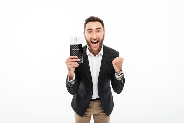 Portret Wesoły Podekscytowany Mężczyzna Trzyma Paszport Darmowe Zdjęcia