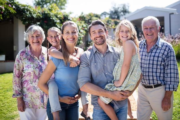 Portret wielopokoleniowej rodziny w ogrodzie Premium Zdjęcia