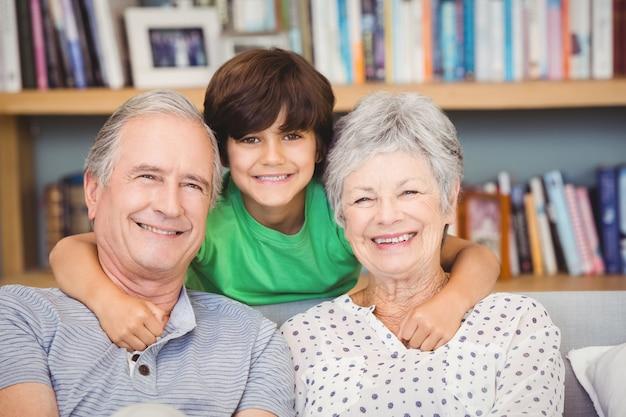 Portret Wnuka Z Dziadkami Premium Zdjęcia