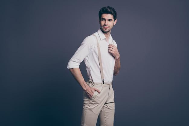 Portret Wspaniałego Faceta, Który Dobrze Wygląda, Chce Przyciągnąć Dziewczynę, Bogaty, Bogaty Milioner, Naprawić Odpowiedni Guzik Na Nowoczesnej Koszuli. Premium Zdjęcia
