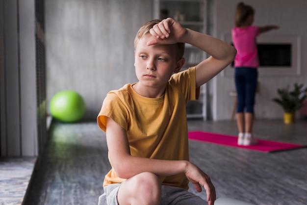 Portret Wyczerpanego Chłopca W Domu Darmowe Zdjęcia