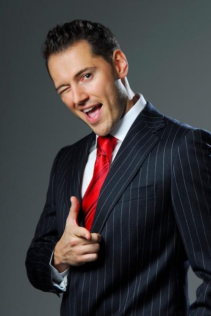 Portret Yang I Pewny Siebie Biznesmen. Studio. Premium Zdjęcia