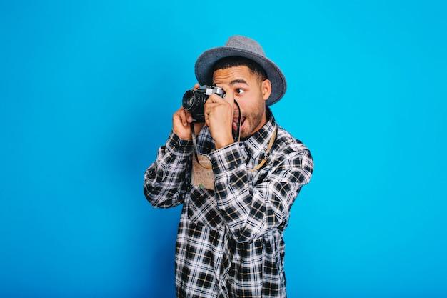 Portret Zabawny Facet Turystyczny Podekscytowany W Kapeluszu Robienia Zdjęć W Aparacie. Dobra Zabawa, Wakacje, Weekendy, Podróżowanie Po świecie, Wyrażanie Pozytywności. Darmowe Zdjęcia