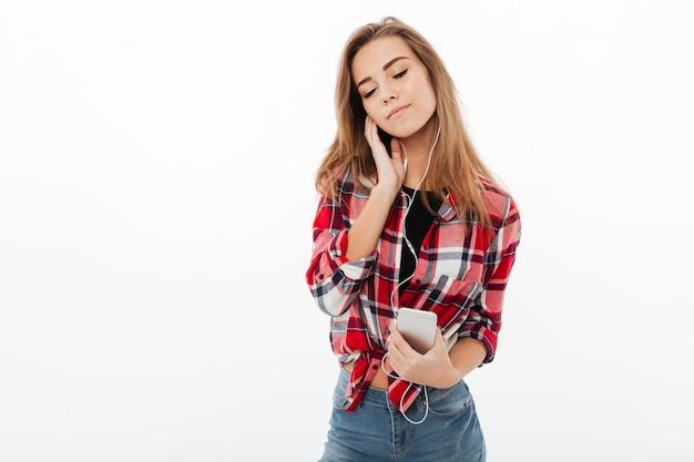 Portret Zadowolona ładna Dziewczyna W Kraciastej Koszuli Darmowe Zdjęcia
