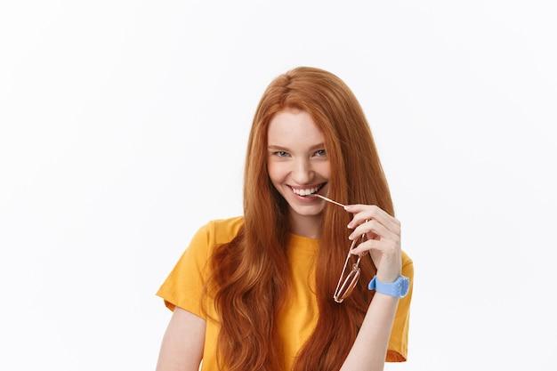 Portret Zadowolonej Blondynki Z Przyjemnością Komfort I Spokojną Atmosferą Premium Zdjęcia
