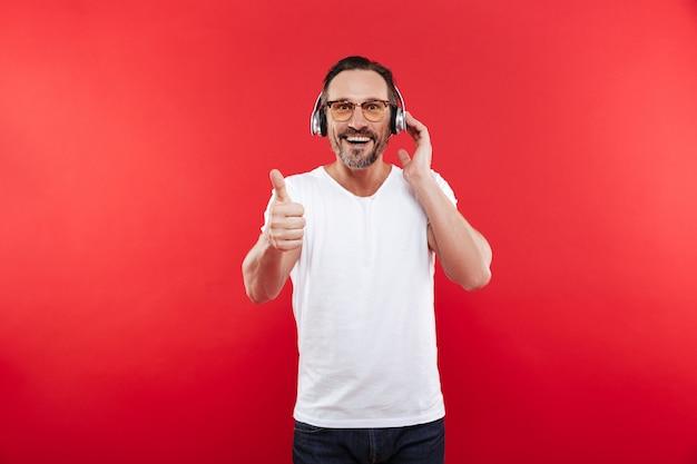 Portret Zadowolony Dojrzały Mężczyzna Słucha Muzyki Premium Zdjęcia