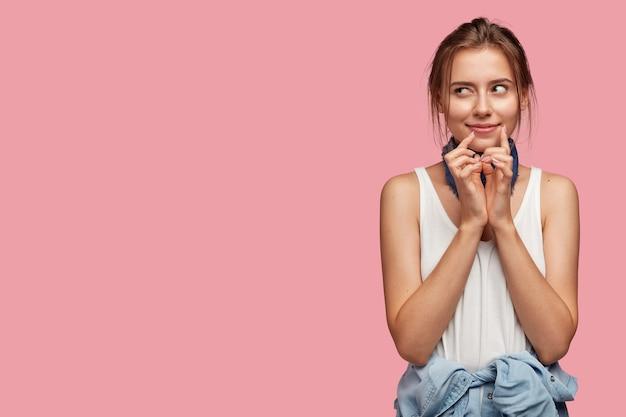 Portret Zamyślony Młoda Kobieta W Okularach Pozowanie Na Różowej ścianie Darmowe Zdjęcia