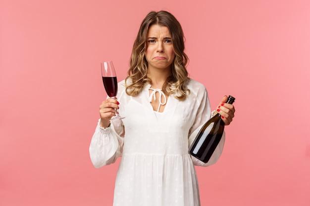 Portret Zdenerwowany I Marudzenie Młoda Blond Kobieta Oszukuje Próbując Złagodzić Ból Alkoholem Premium Zdjęcia