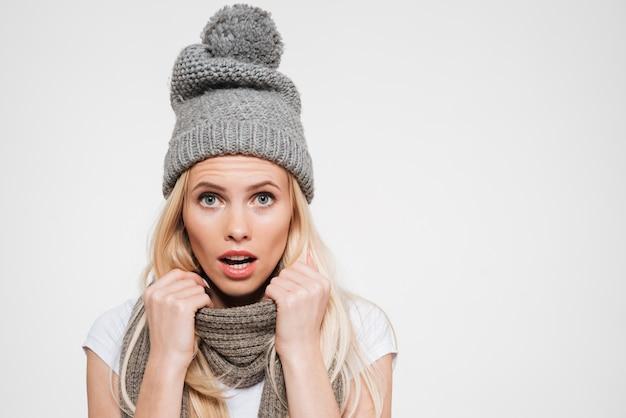 Portret Zdziwiona Piękna Kobieta W Zima Kapeluszu Darmowe Zdjęcia