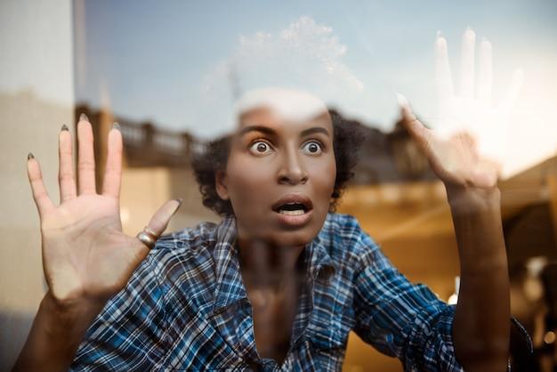 Portret Zdziwiony Piękny Afrykanin Za Szklaną Bawić Się Małpy. Strzał Z Zewnątrz. Darmowe Zdjęcia