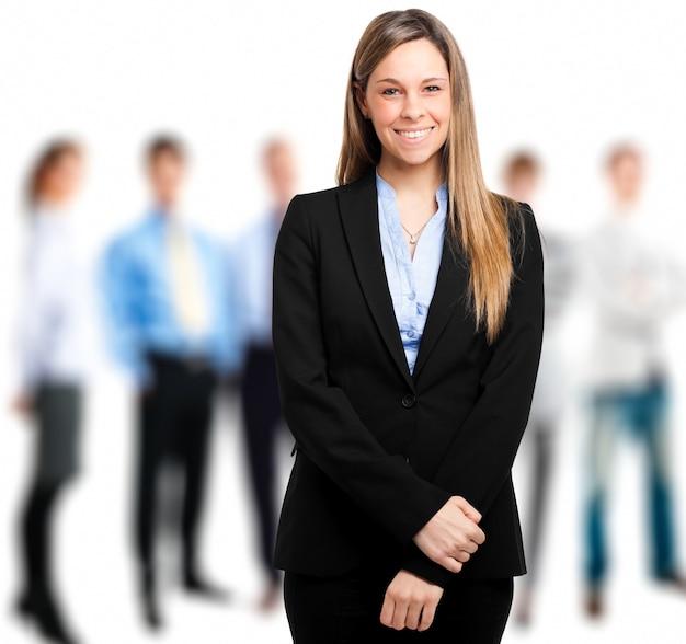 Portret żeński kierownik przed jej drużyną Premium Zdjęcia