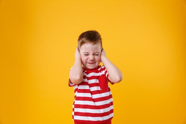 Portret Zły, Nieszczęśliwy, Zirytowany Mały Chłopiec Obejmujące Uszy Darmowe Zdjęcia