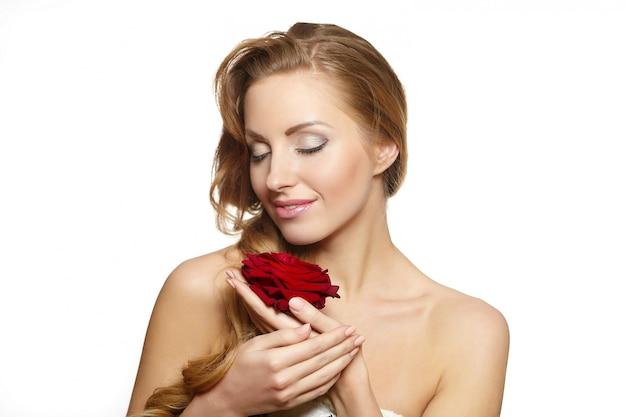 Portret Zmysłowa Piękna Kobieta Z Czerwieni Różą Na Bielu Darmowe Zdjęcia