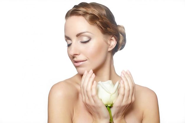 Portret Zmysłowej Pięknej Kobiety Z Czerwoną Różą Długie Kręcone Włosy, Jasny Makijaż Darmowe Zdjęcia