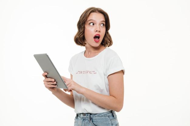 Portret Zszokowany Młoda Dziewczyna Gospodarstwa Komputera Typu Tablet Darmowe Zdjęcia
