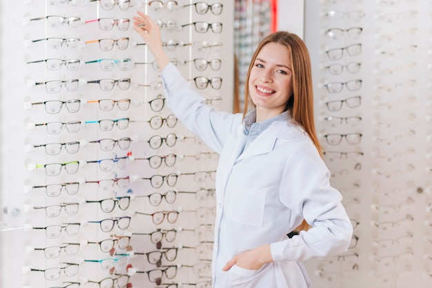 Portret życzliwy żeński optometrist Darmowe Zdjęcia