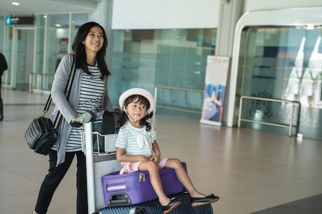 Portreta Matka I Jego Córka Chodzi Z Tramwajem Premium Zdjęcia