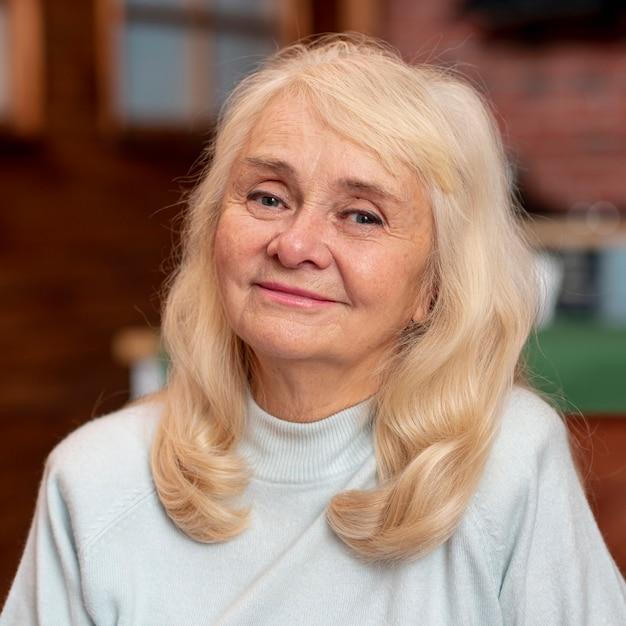 Portriat piękna starsza kobieta Darmowe Zdjęcia