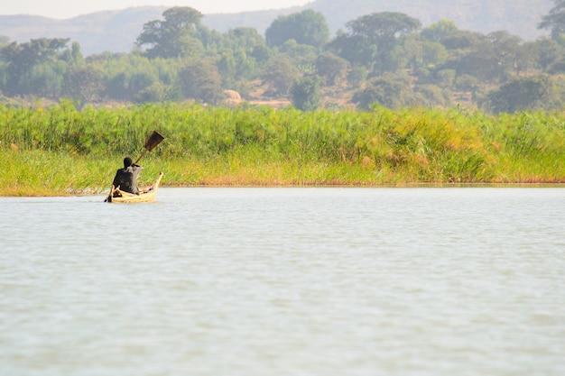 Poruszanie się w prostej łodzi wiosłowej na jeziorze tana w etiopii w afryce Premium Zdjęcia