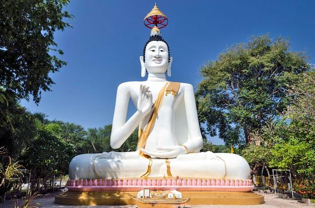 Posąg Buddy Na Wyspie Samet Premium Zdjęcia