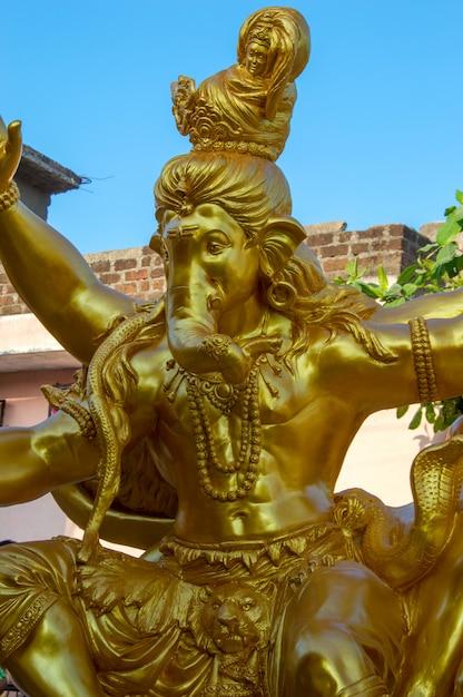 Posąg Hinduskiego Boga Ganesha. Zbliżenie Ganesha Idol W Warsztacie Artysty Podczas Festiwalu Ganesha. Premium Zdjęcia