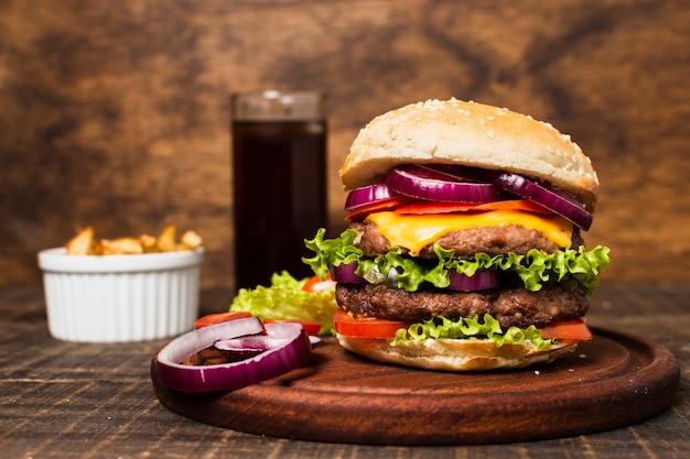 Posiłek typu fast food z burgerem i frytkami Darmowe Zdjęcia