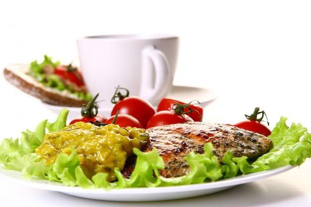 Posiłek udekorować filetem, warzywami i kawą Darmowe Zdjęcia